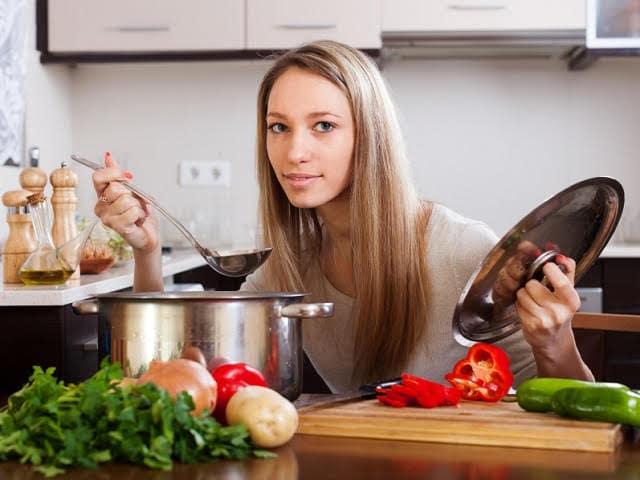 お鍋を作る女性