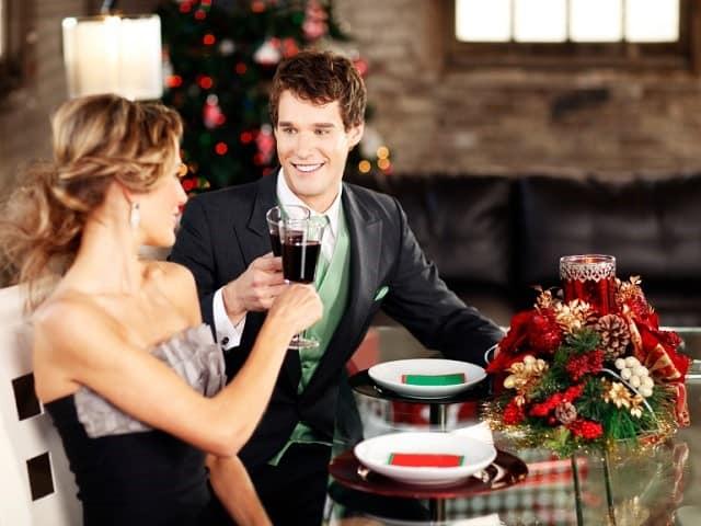 クリスマスデートで乾杯するカップル