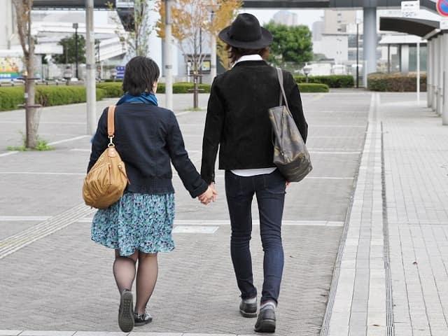 レンタル彼氏と歩く女性