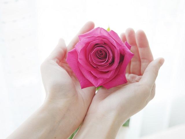 バラを持っている手