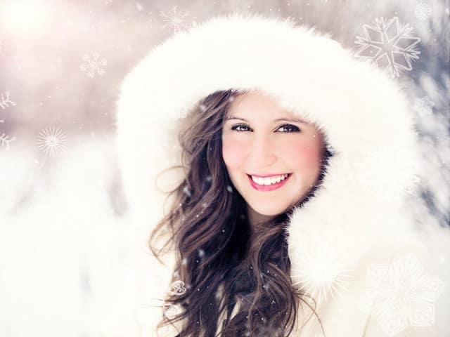 雪の中で微笑む女性