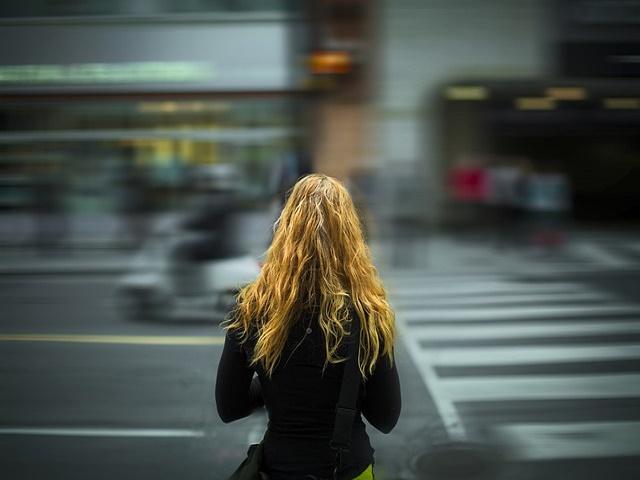 街中に佇む女性