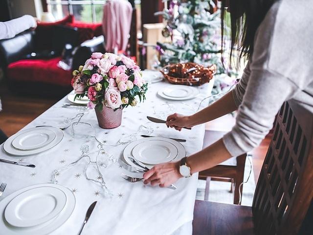 料理の支度をする女性