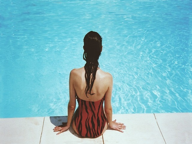 プールを見つめる女性
