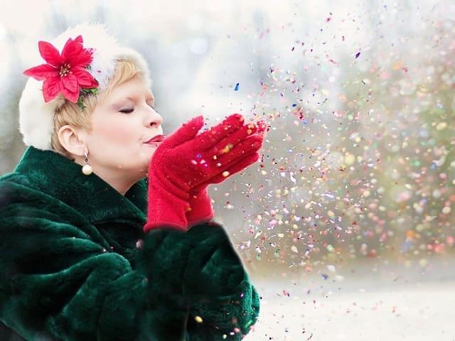 紙吹雪を吹く女性