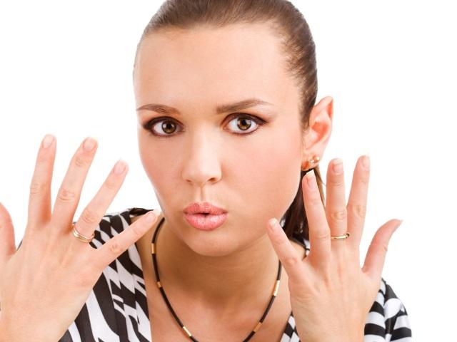 両手の爪を見せる女性