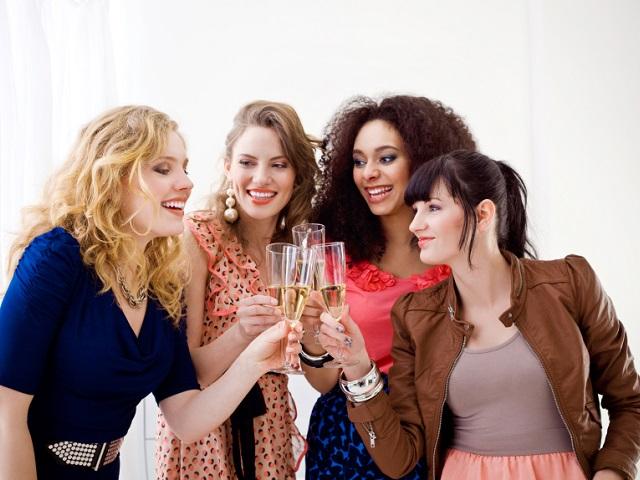 忘年会を楽しむ女性たち