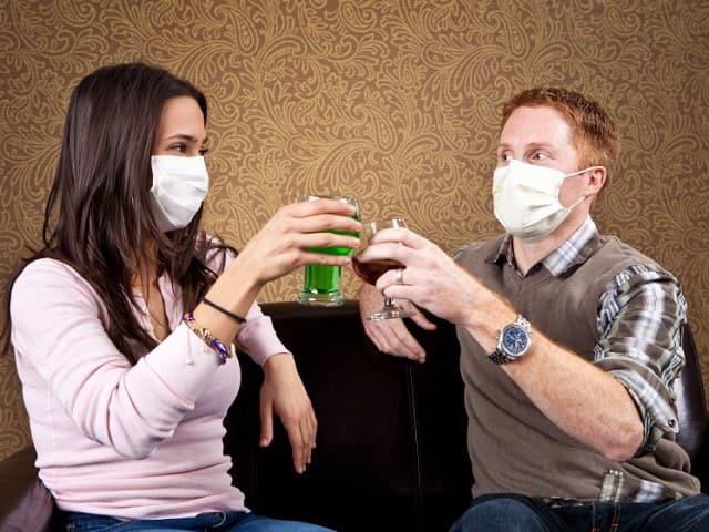 マスクをつけて乾杯する男女