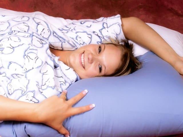 眠りながら微笑む女性