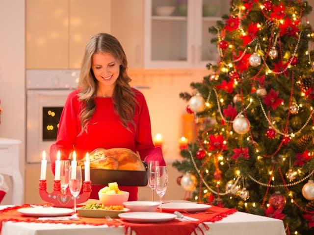 クリスマスディナーの準備をする女性