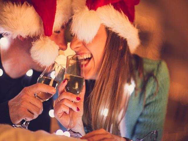 クリスマスを祝うカップル