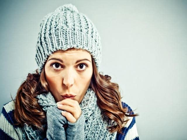 寒そうにする女性