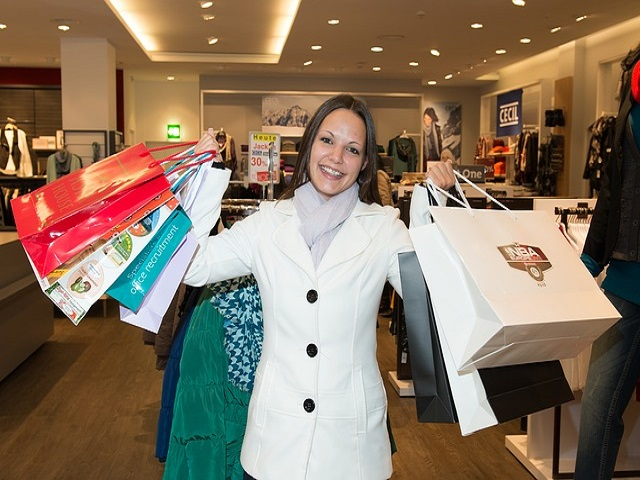 買い物袋を手にする女性