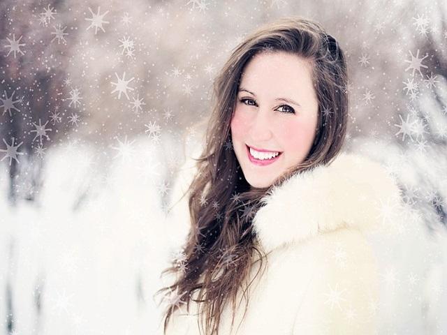 雪景色に佇む女性