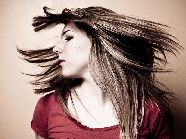 髪を振り乱す女性