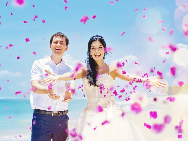 海で結婚式を挙げたカップル