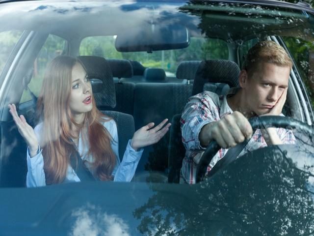 車内で喧嘩するカップル