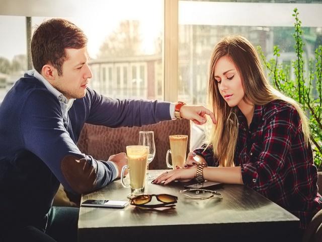 カフェでくつろぐカップル
