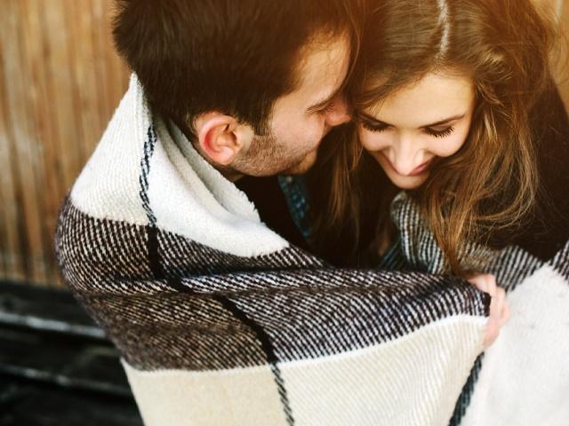 毛布にくるまるカップル