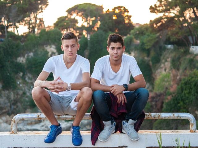 ベンチに座る男性2人