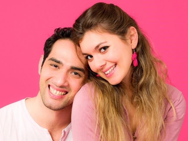 ピンク色の服を着たカップル