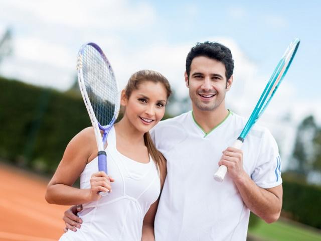 一緒にテニスをするカップル
