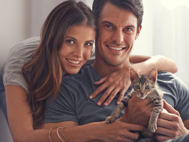 子猫を抱えるカップル