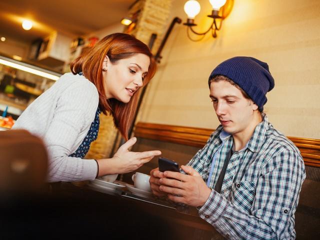 カフェで語り合うカップル