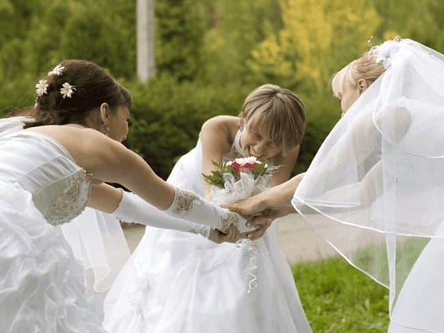 ブーケを取り合う花嫁達