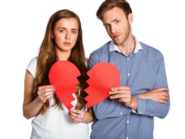 割れたハートを持つカップル