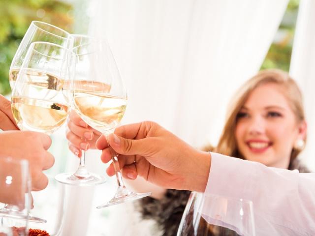 グラスを持ち乾杯する女性