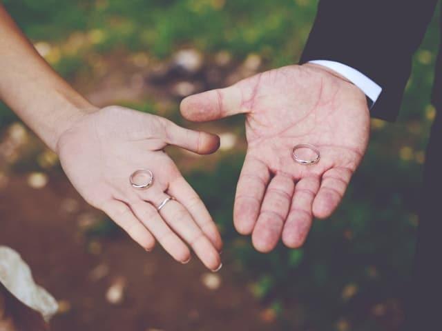 指輪を外すカップル