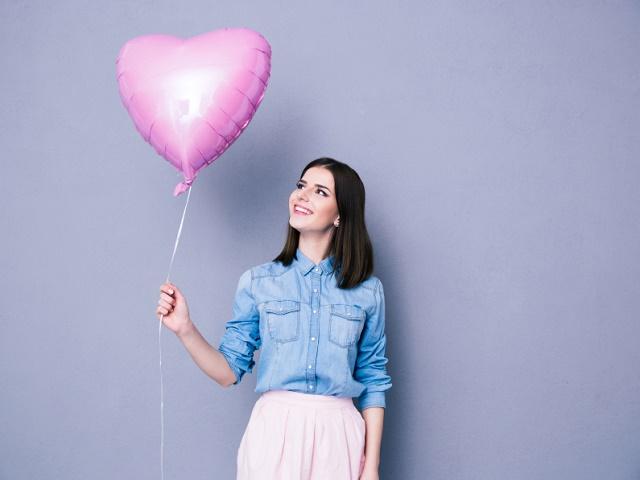 風船を手にする女性