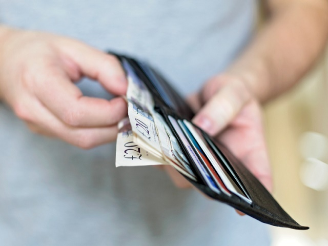 財布を開いている男性