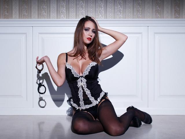 手錠を持った女性