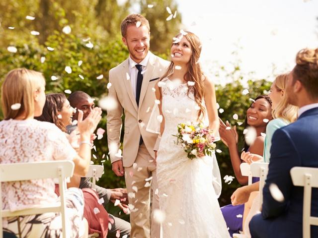結婚式で紙吹雪を受ける二人