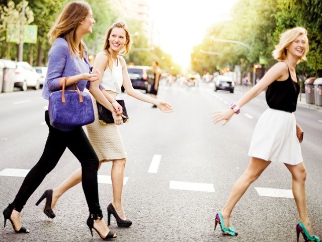 歩いている女性 三人
