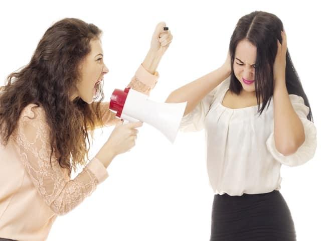 言い争いをする女性2人