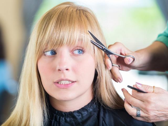 前髪をカットする女性