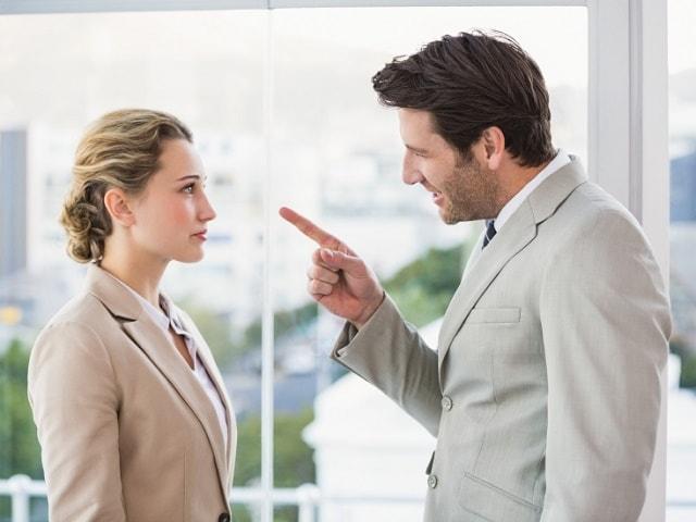 会社で叱られている女性