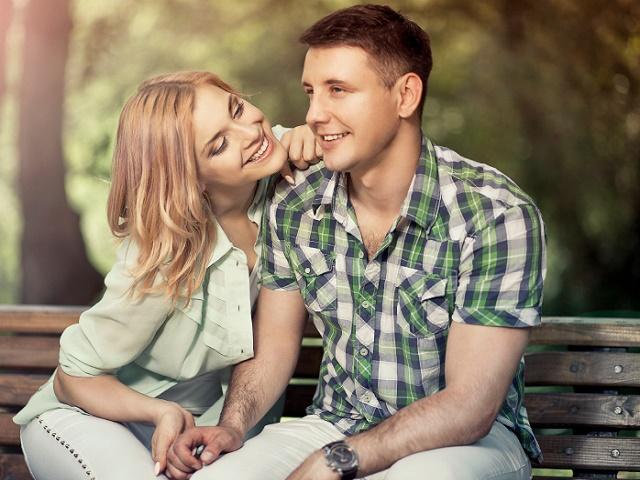 公園でデーとするカップル