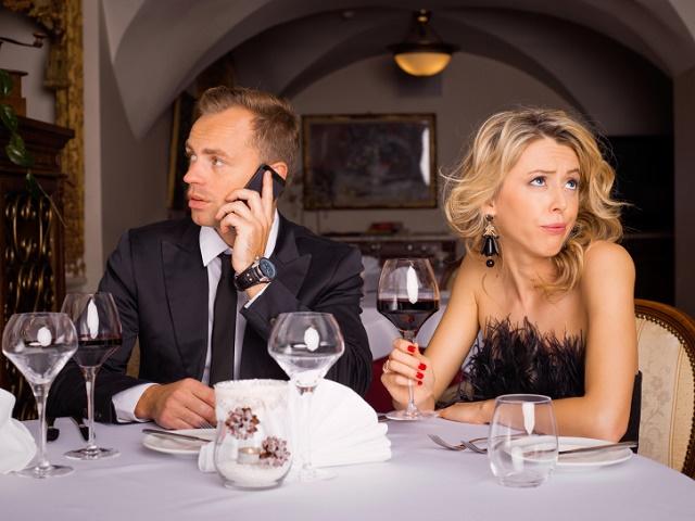 レストランデートする男女