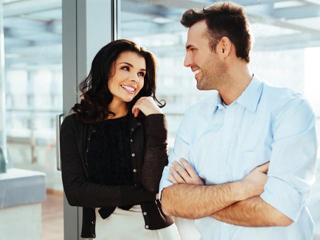 職場で仲良く話すカップル