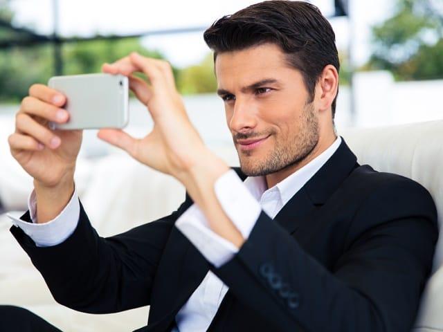 自撮りをする男性