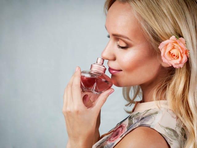 香水を鼻に近づける女性