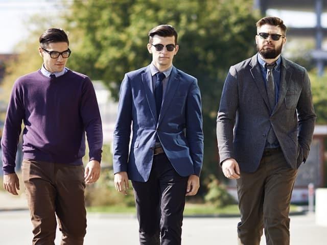 こちらに歩いてくる3人の男性