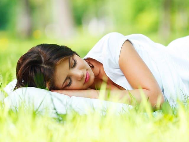 草原で横たわる女性
