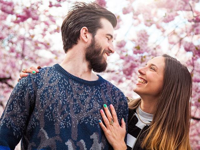 桜をみているカップル