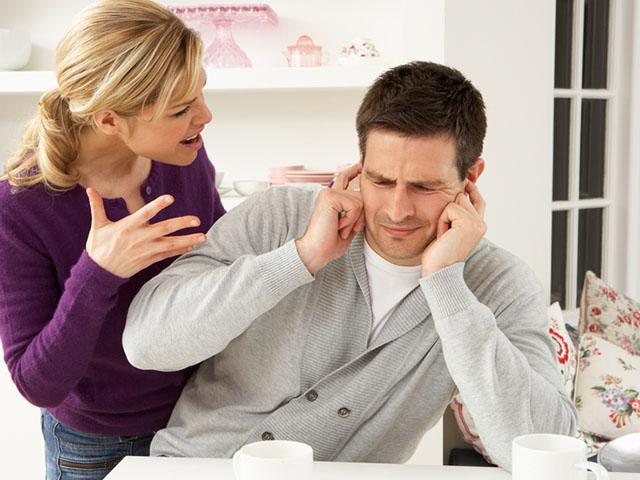 怒る女性と耳を塞ぐ男性