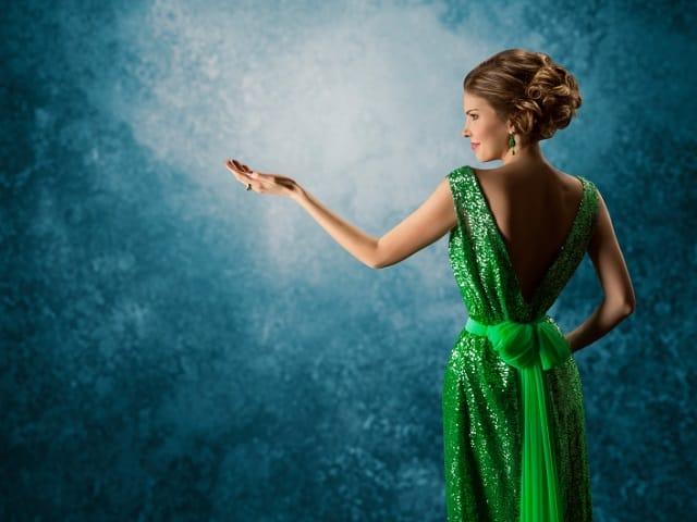 緑色のドレスを着た女性